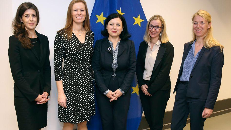 Fünf Frauen gegen Hatespeech: EU-Kommisarin Vera Jourova (Mitte) mit Vertreterinnen von Twitter, Facebook, Microsoft und Google (von links)