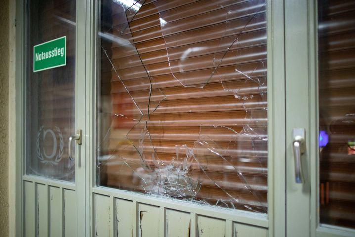 Beschädigte Fensterscheibe eines türkischen Cafés: Genauer Tathergang ist noch unklar