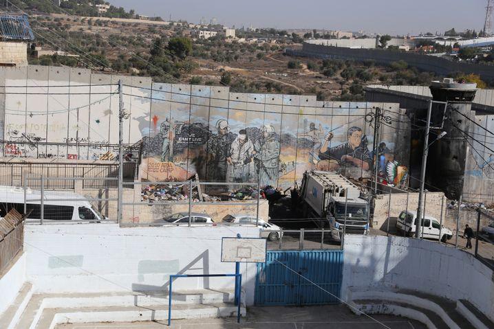 Schulhof im Aida Camp und israelische Sperranlage