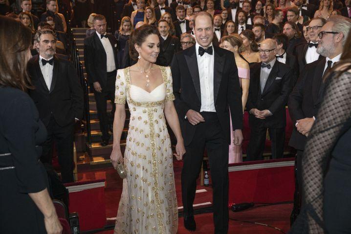 Prinz William und seine Ehefrau, Herzogin Kate, bei ihrer Ankunft in der Royal Albert Hall; links im Bild ist Joaquin Phoenix zu sehen