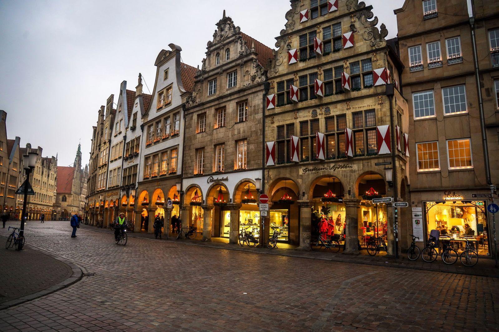DEU, Deutschland, Nordrhein-Westfalen, M¸nster, 09.12.2020: Weihnachtlich beleuchtete Giebelh?user am Prinzipalmarkt. W