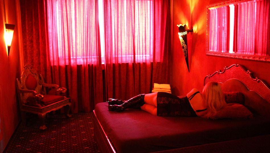 Eine Prostituierte liegt in Köln auf einem Bett (Archivfoto)
