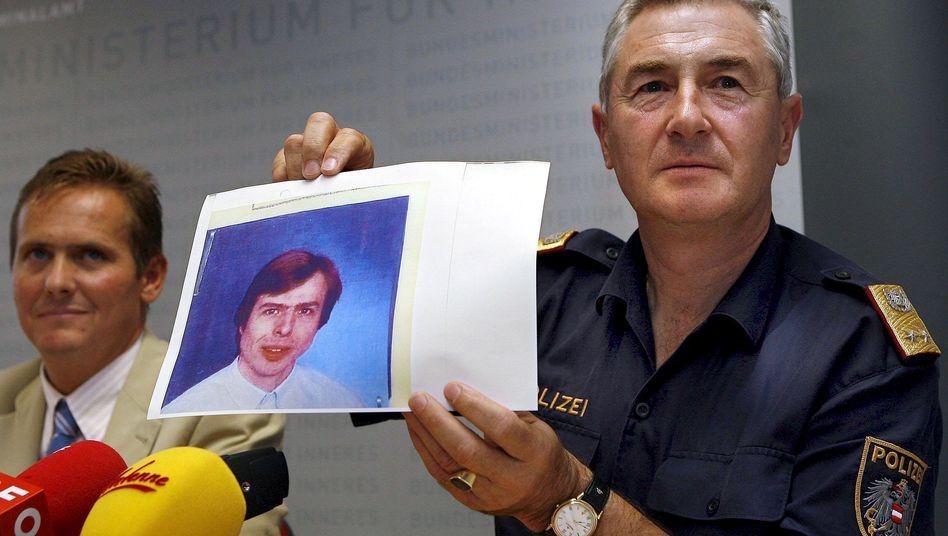 Polizisten zeigen Foto von Wolfgang Priklopil (August 2006): Wurden Ermittlungsansätze übersehen?