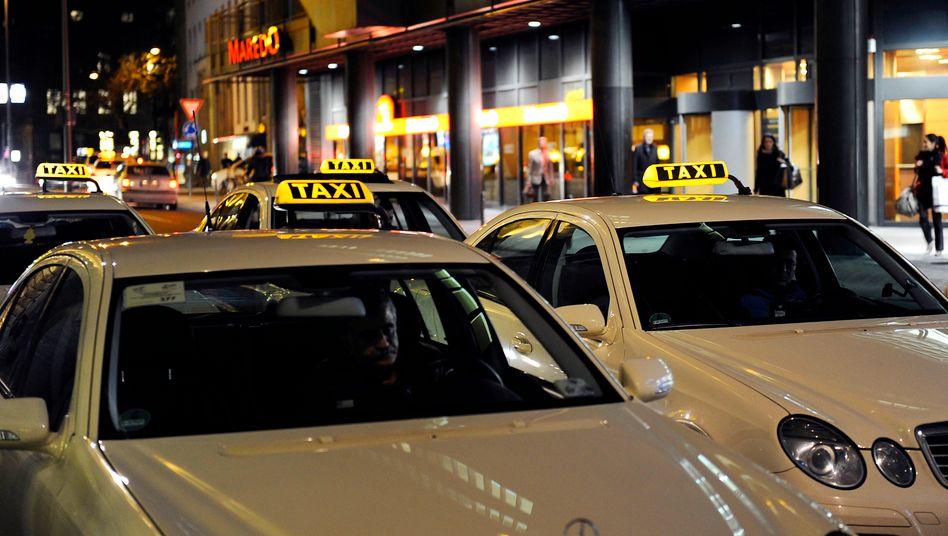 Eine Taxischlange am Kölner Bahnhofsvorplatz (Archiv)