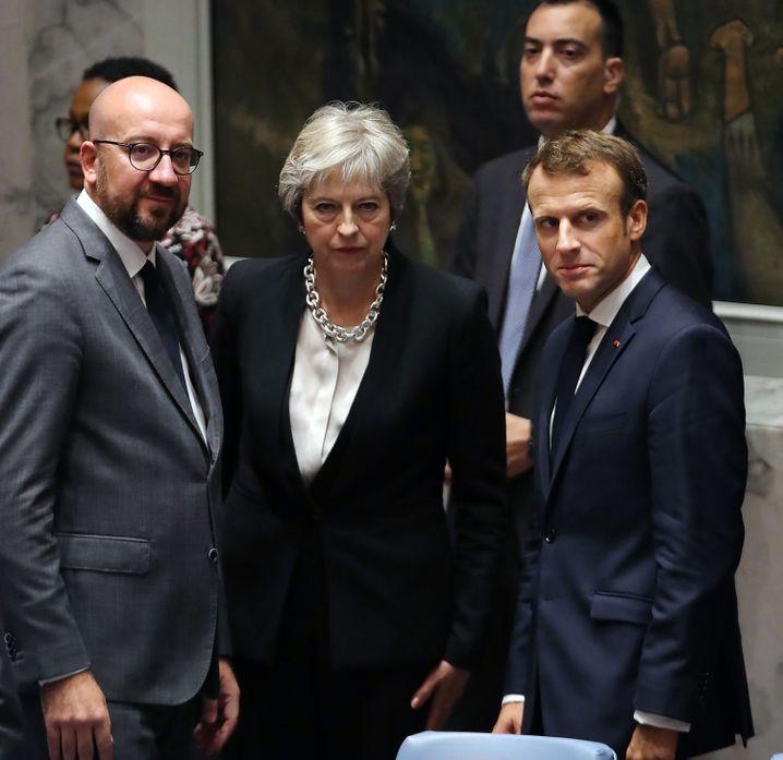 Charles Michel, Theresa May und Emmanuel Macron warten auf Trump