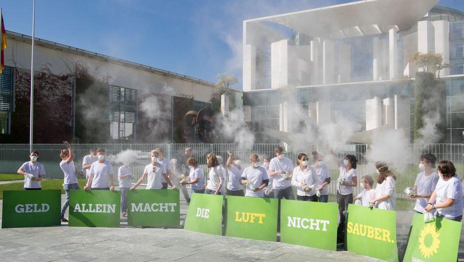 Dieselgipfel-Demonstranten vor dem Bundeskanzleramt