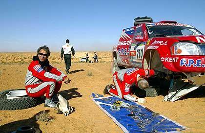 Stopp ohne Box: Thierry de Lavergne (l.) und Co-Pilot Jacky Dubois versuchen ihren Nissan wieder in Schwung zu bekommen