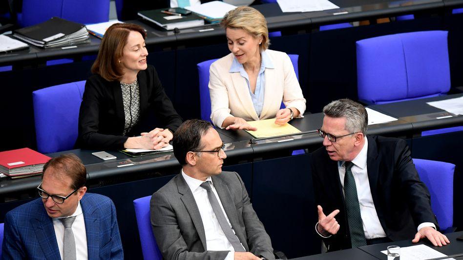 Minister auf Regierungsbank im Bundestag
