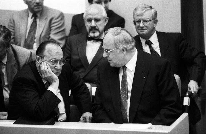 Bonner Politik: Bundeskanzler Helmut Kohl (vorn rechts) und Außenminister Hans-Dietrich Genscher, dahinter Hans Klein und Rudolf Seiters