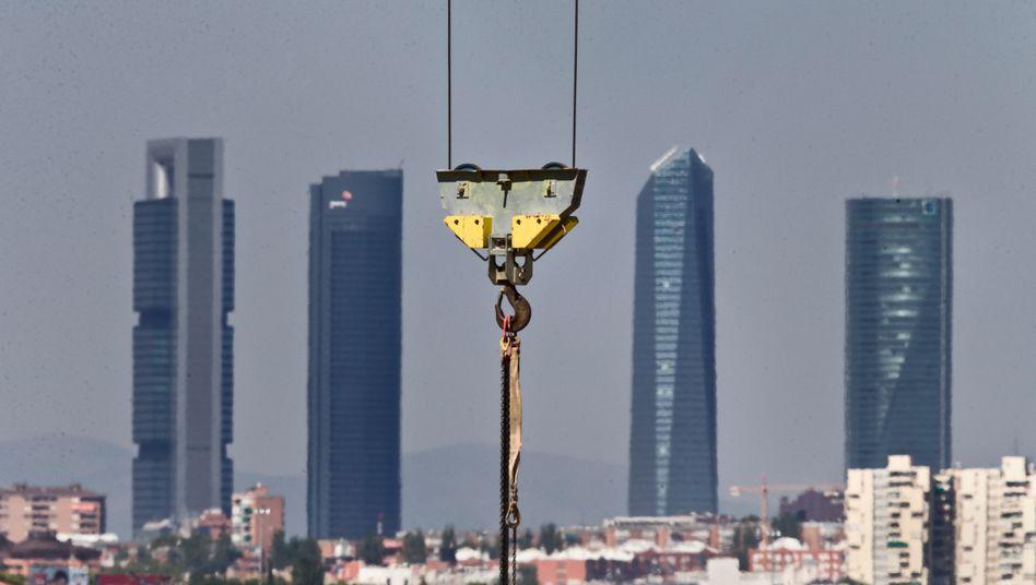 Kran vor der Skyline Madrids: Besonders der Bau verzeichnet viele Insolvenzen