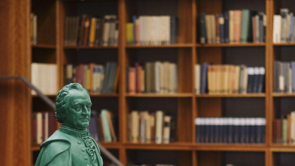 """Studierender, Goethe-Figur in der germanistischen Bibliothek der Universität Frankfurt am Main: """"Die Angst im Nacken"""""""