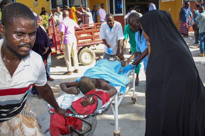 Rettungskräfte bringen in Mogadischu einen Verletzten in Sicherheit