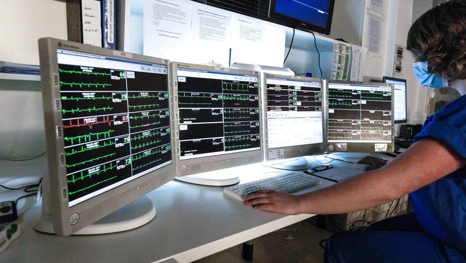 Krankenschwester bei der Überwachung von Patientendaten