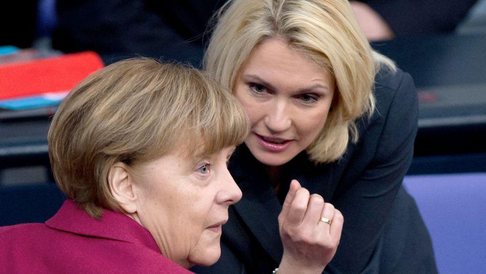 Angela Merkel und Manuela Schwesig, damals noch Familienministerin, im Bundestag (2015)