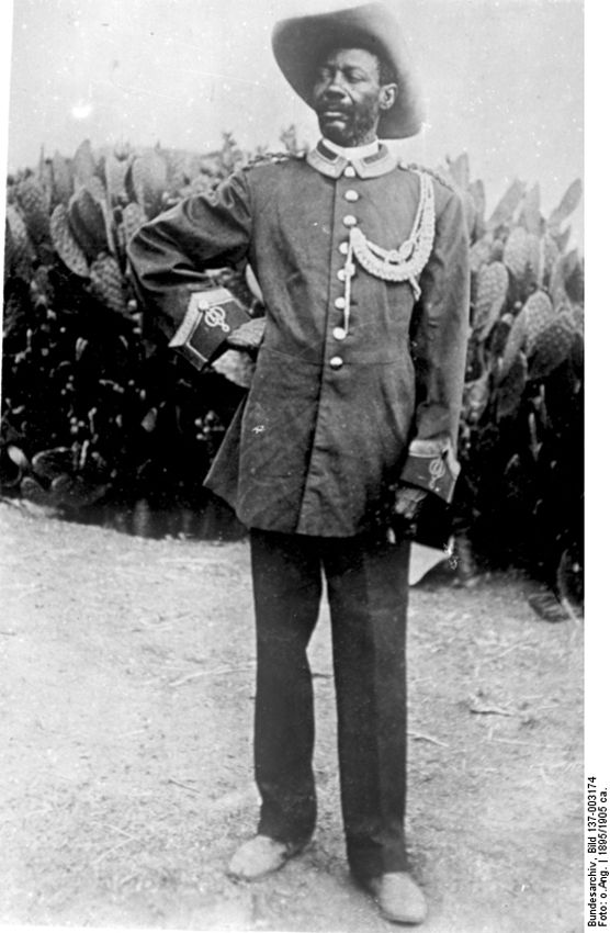 Вождь Самуэль Махареро в форме, сшитой из униформы различных немецких солдат. Махареро, как и около тысячи других гереро, удалось бежать в соседний британский Бечуаналенд. Он умер там в 1923 году.