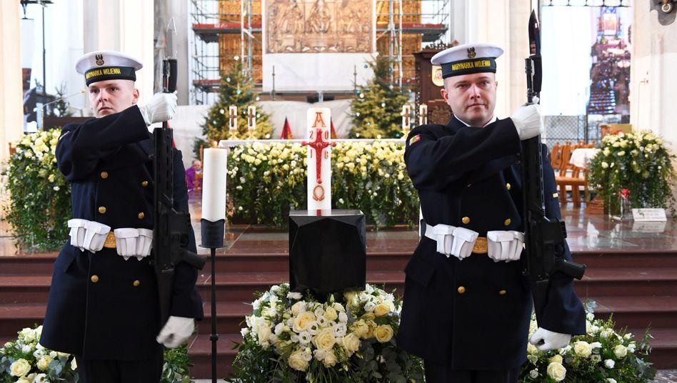Soldaten vor der Urne mit der Asche des ermordeten Pawel Adamowicz in der Danziger Marienkirche