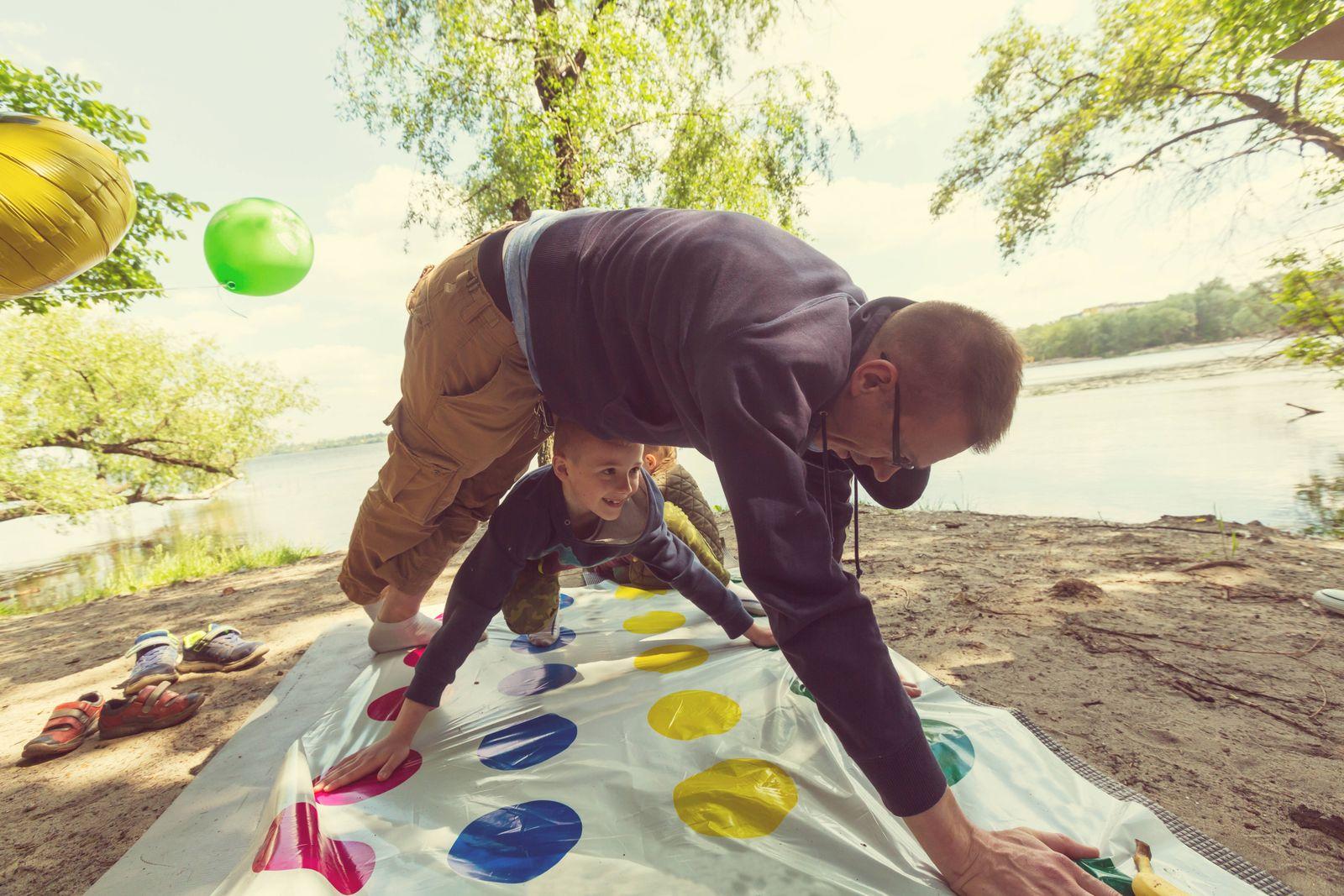 Kids playing twister game outdoors,model released, Symbolfoto PUBLICATIONxINxGERxSUIxAUTxONLY ING_19071_17348