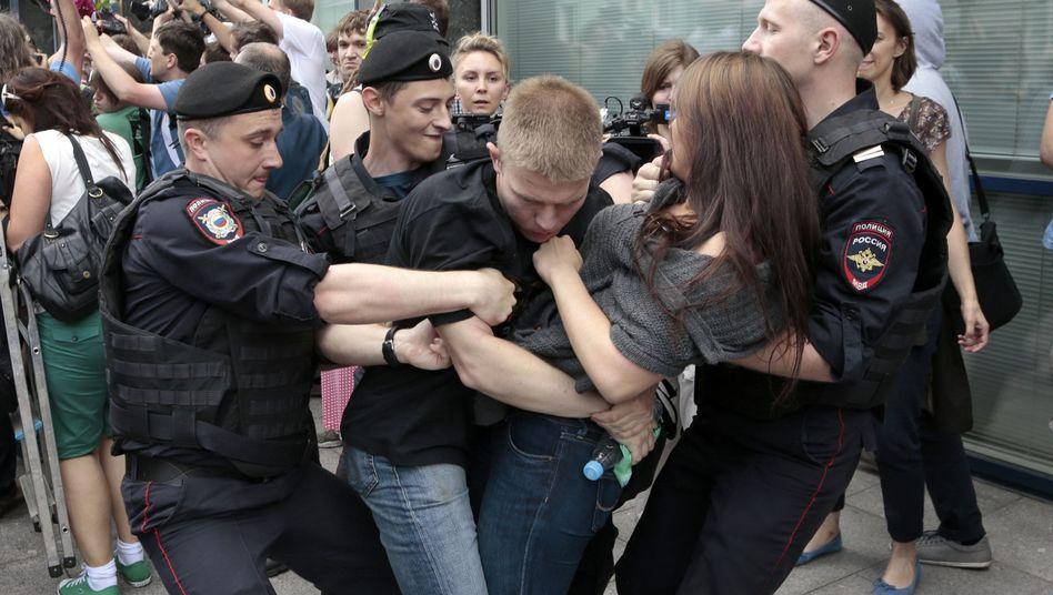 Russische Polizisten gehen 2013 in Moskau gegen eine Demo Homosexueller vor