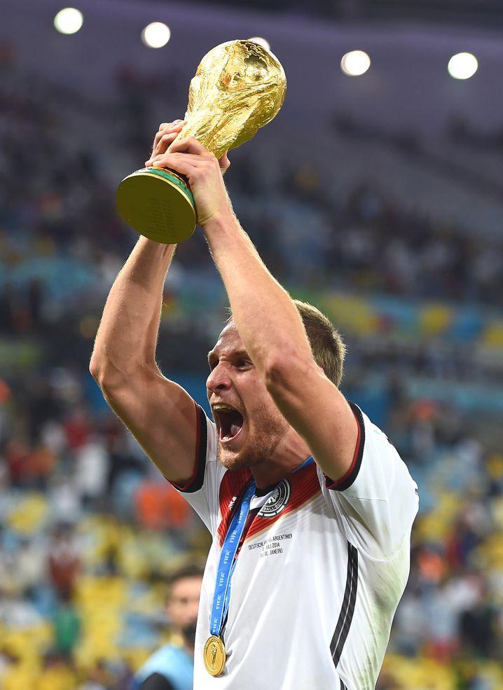 Höwedes 2014 mit dem WM-Pokal