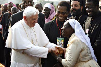 Benedikt XVI. mit Gläubigen auf dem Flughafen von Yaoundé: Eklat in Afrika