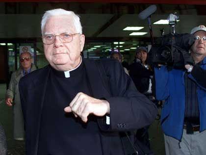 Der umstrittene Bostoner Kardinal Law trifft in Rom ein