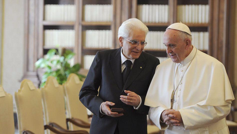 """Italiens Präsident Sergio Mattarella und Papst Franziskus: """"Wir laufen Gefahr, unsere Menschlichkeit zu verlieren"""""""