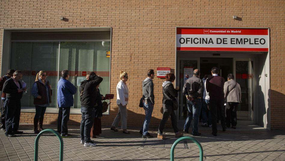 Menschen vor einem Jobcenter in Madrid: Jugendliche besonders stark betroffen