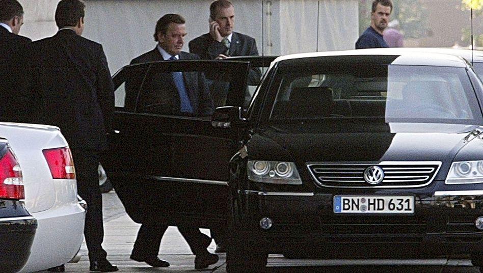 Gerhard Schröder zu Kanzlerzeiten: Teure Gefährte