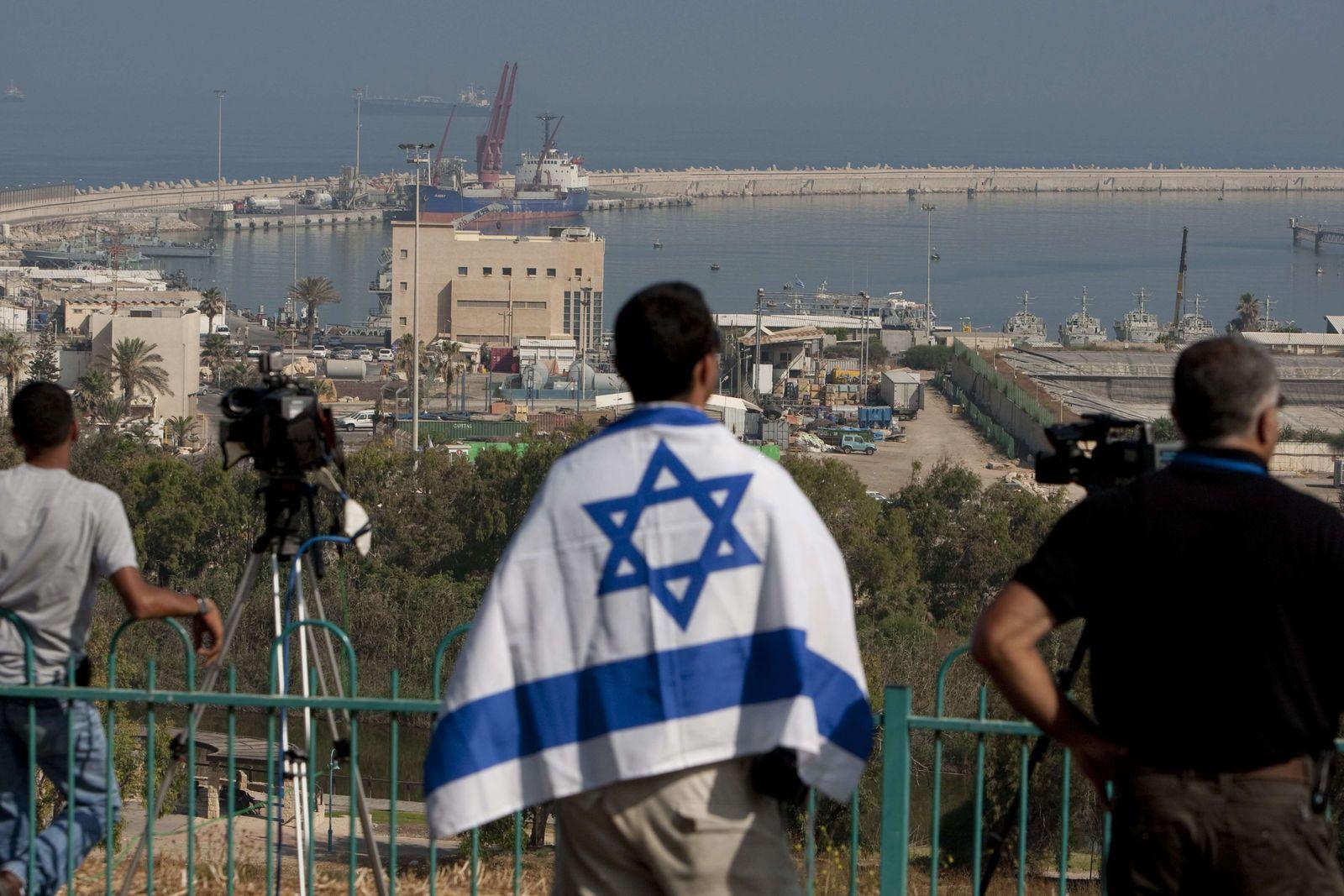 Israeli mit Fahne in Aschdod
