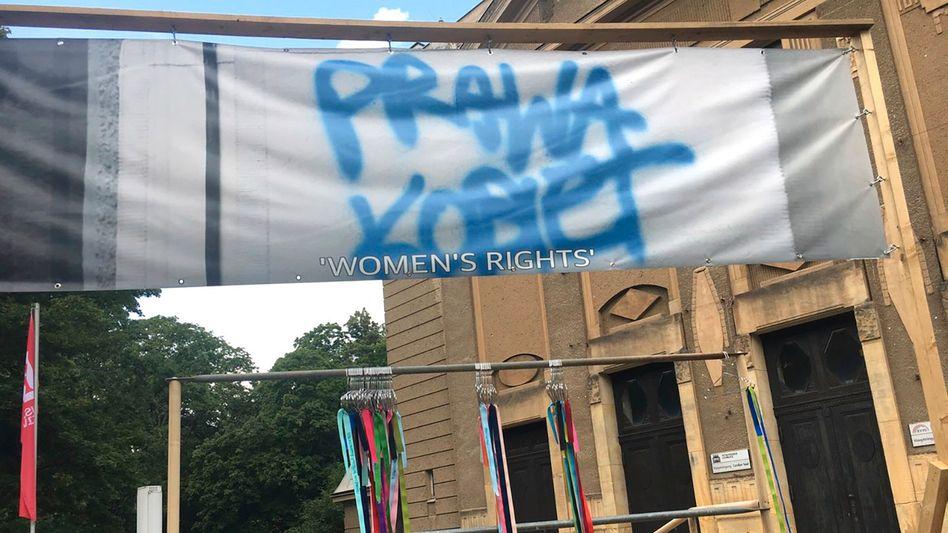 Kunstinstallation mit dem Schriftzug »prawa kobiet« (Frauenrechte): Debatte über Kunstfreiheit statt Frauenrechte
