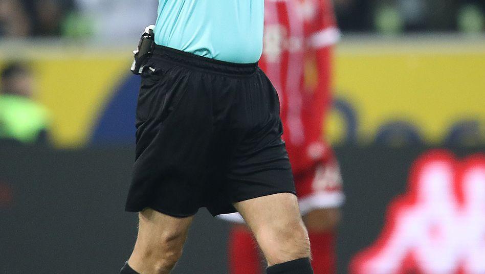 Schiedsrichter Manuel Gräfe zeigt an, worum es geht