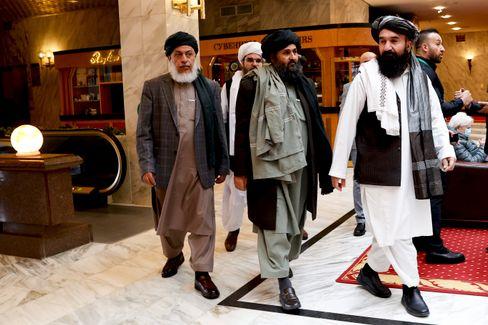 Mullah Baradar (M.) im März in Moskau: Für die Verhandlungen und die Außendarstellung verantwortlich