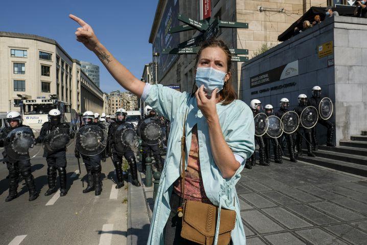 Protest vor Polizeibarrikade: Brüssel am Sonntag