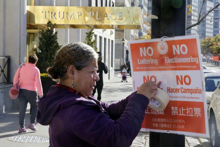 Trump-Gegnerin vor dem Trump Place in New York
