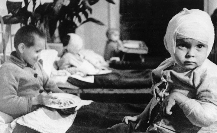 Verletzte Kinder in einem Krankenhaus in Leningrad 1943