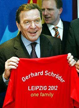 Musste ausweichen: Kanzler Schröder mit Fan-Artikel
