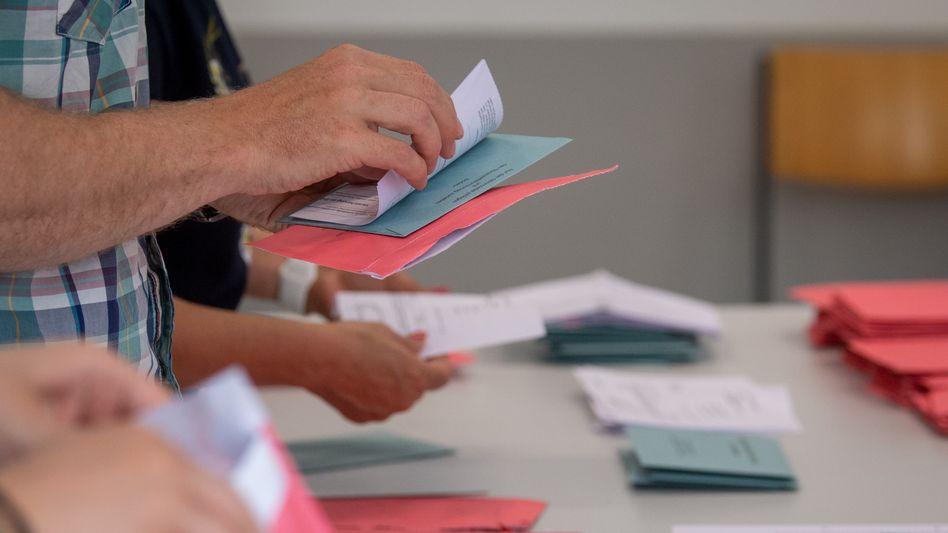 Landtagswahl in Sachsen-Anhalt: Auszählung von Briefwahlstimmen in Magdeburg