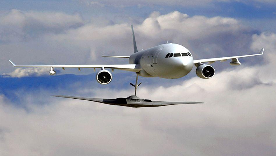 Computeranimation: EADS-Flugzeug KC-45 (oben) betankt in der Luft einen Militär-Jet