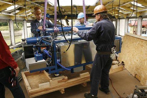 """Arbeiter in der Werft Oortkarten: Arbeit an der Brennstoffzelle für die """"Alsterwasser"""""""