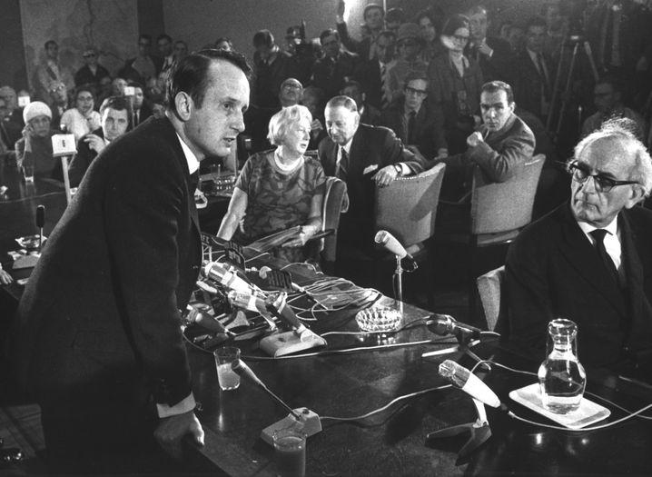 """Rolf Hochhuth 1967 bei einer Pressekonferenz zur Debatte über sein Stück """"Soldaten"""""""