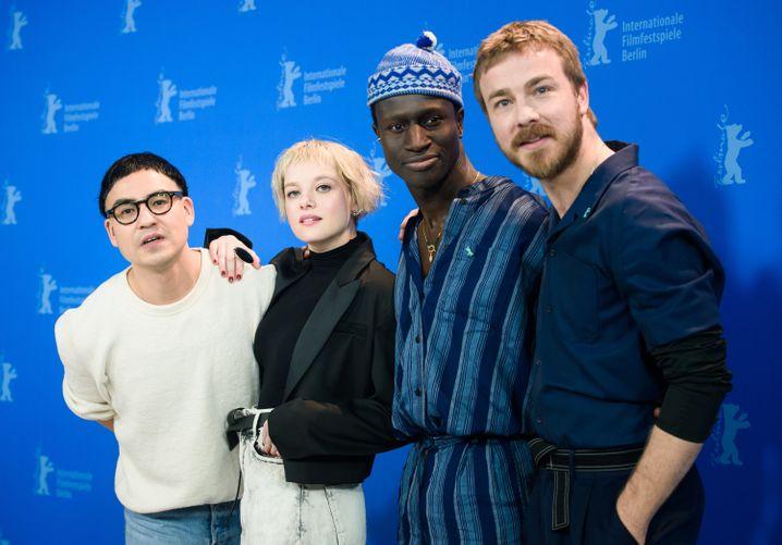 Regisseur Qurbani, l., mit Darstellern Jella Haase, Welket Bungué, Albrecht Schuch auf der Berlinale: Döblin als bildungsbürgerliche Folie