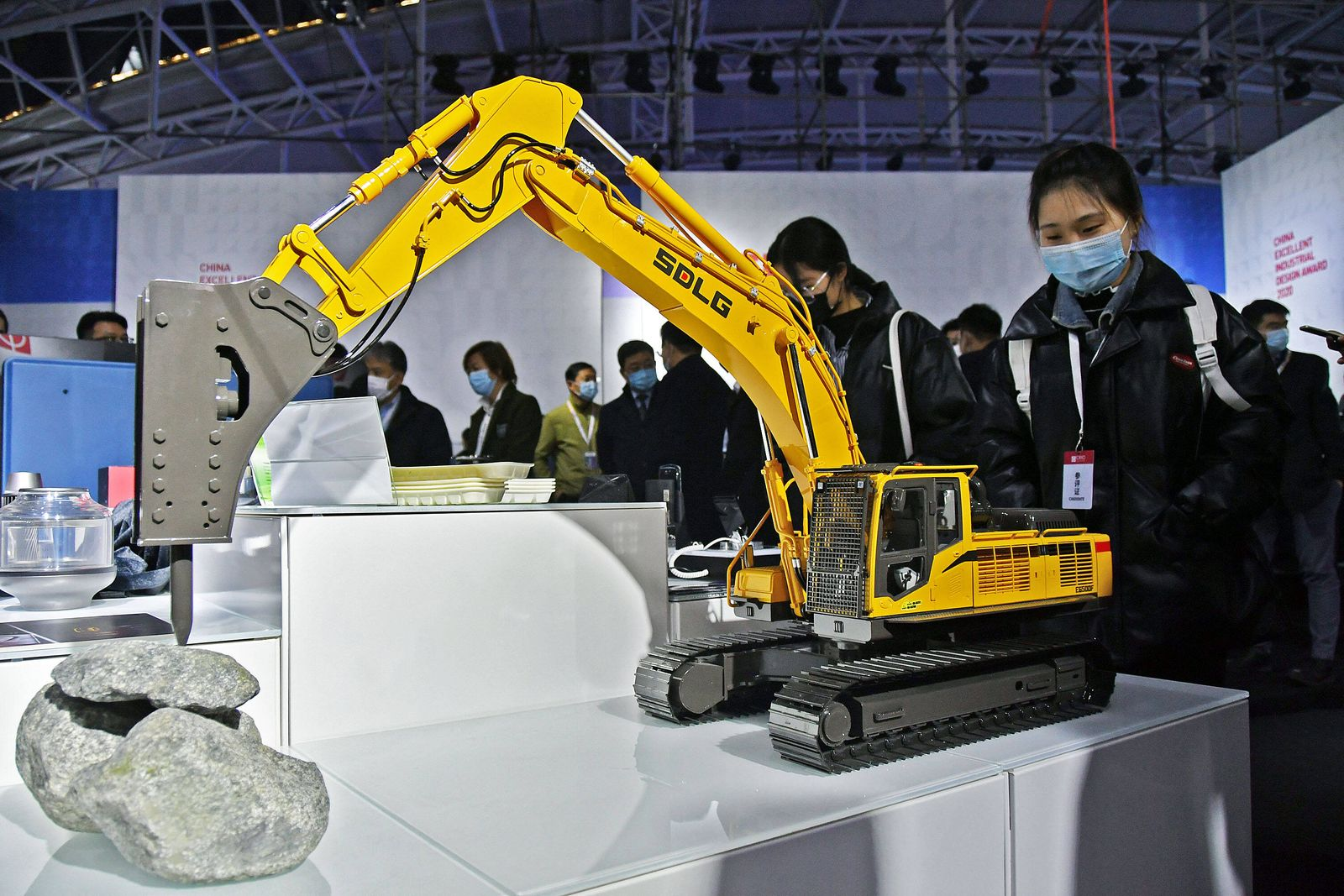 (201125) -- YANTAI, Nov. 25, 2020 -- A visitor views an excavator model during the 2020 World Industrial Design Confere