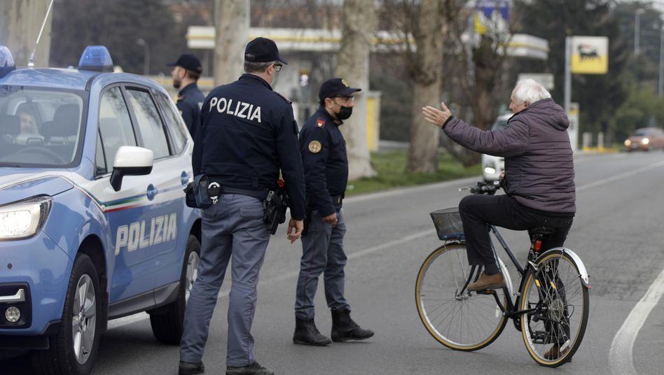 Casalpusterlengo in der norditalienischen Region Lombardei: Betagter Fahrradfahrer im Gespräch mit Polizisten