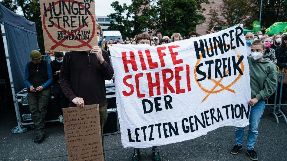 In Leipzig demonstrieren Menschen, um sich solidarisch mit den Teilnehmenden des Hungerstreiks in Berlin zu zeigen.