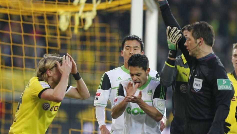 Dortmunds Schmelzer (l.): Rote Karte gegen Wolfsburg