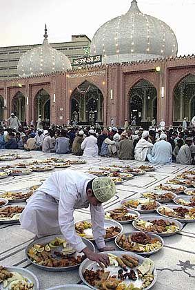 Essensvorbereitung in Pakistan: Nach dem Sonnenuntergang wird gefeiert