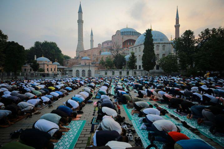 Gläubige beim Beten in Istanbul