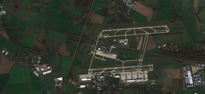 Flughafen Leipzig-Halle: Die Antonow-Maschinen stehen etwa in der Bildmitte, unterhalb der oberen Start- und Landebahn