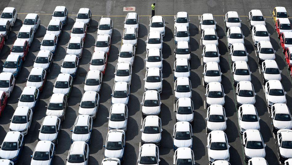 Volkswagen-Modelle in Emden (Archivbild): Den Autobossen sind in der Kommunikation entscheidende Fehler unterlaufen