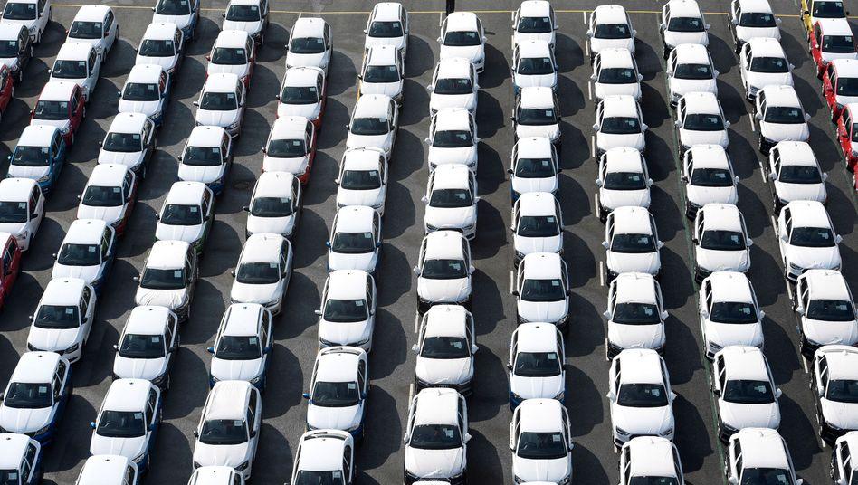 Volkswagen-Autos im Emdener Hafen: Krise wird nicht so schnell überwunden